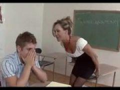 Milf Lehrerin verführt Schüler