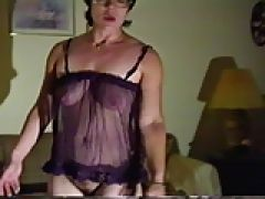 Reife Oma trägt Dessous und masturbiert