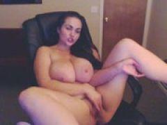 Dicke Titten werden vor der Webcam gezeigt